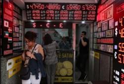 """تراجع الليرة التركية.. """"المركزي"""" يتدخل وأردوغان يعد بإجراءات"""