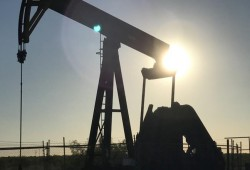 ارتفاع الدولار يدفع أسعار النفط للتراجع